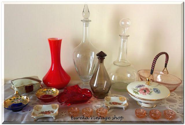 Παλιές πορσελάνινα τασάκια, φοντανιέρες και παλιές γυάλινες μπουκάλες κρασιού, τσικουδιάς, τασάκια, ανθοδοχείο, και άλλα.