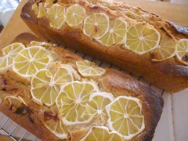 マクロビ レモンケーキ 山戸ユカさんの「野菜べんとう」よりアレンジさせていただきました☆しっとりやわらかいケーキ。我が家の定番です! まえっちの食卓 材料 (18×9×5 1本分) 薄力粉 80g 強力粉 80g ベーキングパウダー 小2 ☆甜菜糖シロップ(レシピ1341549)またはメープルシロップ 1/2カップ ☆菜種油 1/2カップ ☆豆乳(無調整) 3/4カップ レモン(皮すりおろし) 1個 粉砂糖 適量 作り方 1 粉類は混ぜてふるっておく。 2 市販の甜菜糖シロップを使ってもOK(写真)☆をすべて泡立て器でよく混ぜておく。 3 レモンは国産無農薬を選ぶ。よく洗って、すりおろした皮を、2へ入れ、さらによく混ぜる。 残りのレモンは薄い輪切りにする。 4 1へ、よく混ぜた3を投入。泡立て器でよく混ぜる。くるくると右回りによく混ぜよう♪ 5 型に菜種油(分量外)を薄く塗る。そこに、4を流し入れる。型を軽く落とすようにして、空気を抜く。 6 レモンの薄切りを並べ、粉砂糖をふりかける。 7…