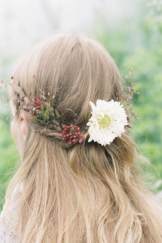 Mariée d'automne ? Optez pour une couronne de fleurs, pile dans la tendance hippy chic, avec des fleurs et des feuilles romantiques et flamboyantes, symbolisant si bien cette saison. #fall #automne #hairstyle #coiffure #mariage #wedding
