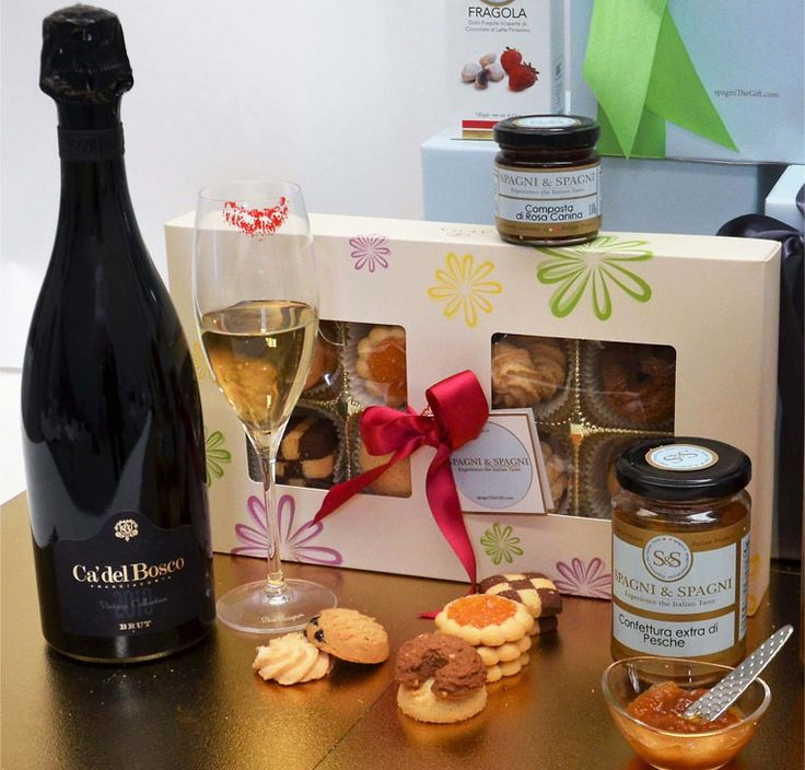 A fully laden #GiftBasket with extraordinary #sweets and #treats. An unforgettable #gift for celebrating #specialmoments! https://goo.gl/LeWStu #italiansparklingwine #biscuits #chocolate #fruit #jams
