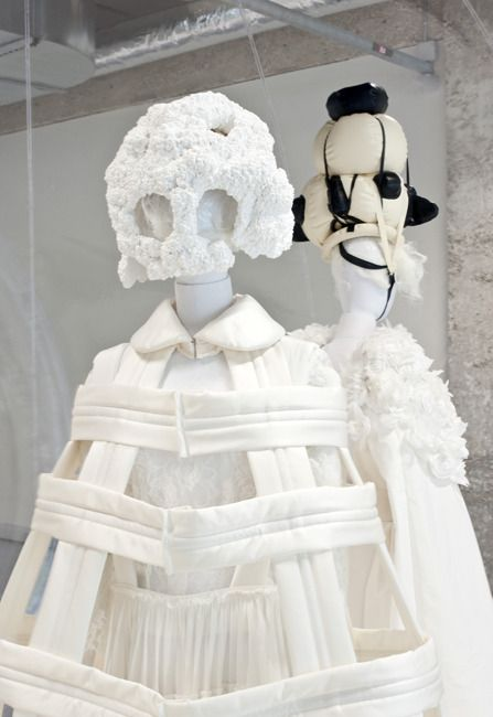 La collection blanche du printemps-été 2012 de Comme des Garçons, mise en scène par sa créatrice Rei Kawakubo.