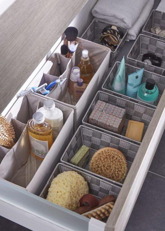 6) Vous en avez assez de voir desépingles à cheveux (ou tout autre petit accessoire en métal) traîner partout dans la salle de bain ? Alors rangez-les à l'intérieur d'un meuble ou dans un tiroir en utilisant une bande magnétique ! 7) Disposez des paniers de rangementau sein d'un grand tiroir de manière à ordonner...