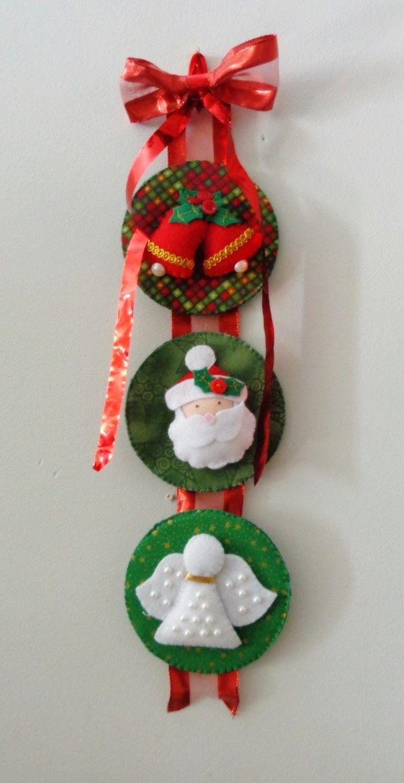Noel, anjos e sinos compõem esse pingente que pode ser pendurado na porta…