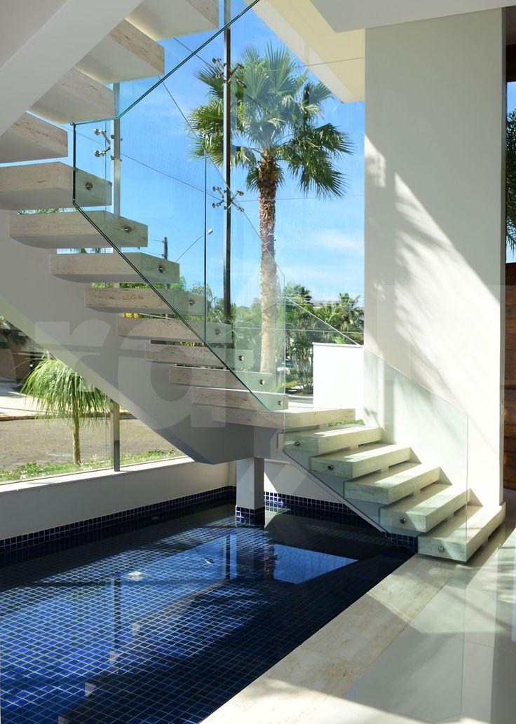 Casa no condomínio Jardim Acapulco na Praia de Pernambuco em Guarujá, decorada, com 6 suítes, sendo 1 master com closet e hidromassagem, sala para 2 ambientes com varanda mobiliável, Home Theater, lavabo, cozinha planejada, área de serviços e suíte de empregada.   1.000 m² de terreno |  06 vagas.   Lazer: Jardim, piscina com cascata, deck solarium, sauna e espaço gourmet com churrasqueira e forno de pizza.
