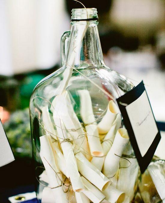 Mensagem na garrafa Não é para pedir socorro e lançar no mar. A ideia é manter os recados bem seguros. Se você quiser ir além, pode fazer uma cápsula do tempo: os noivos só abrem a garrafa depois de 1 (ou 5) ano de casados.