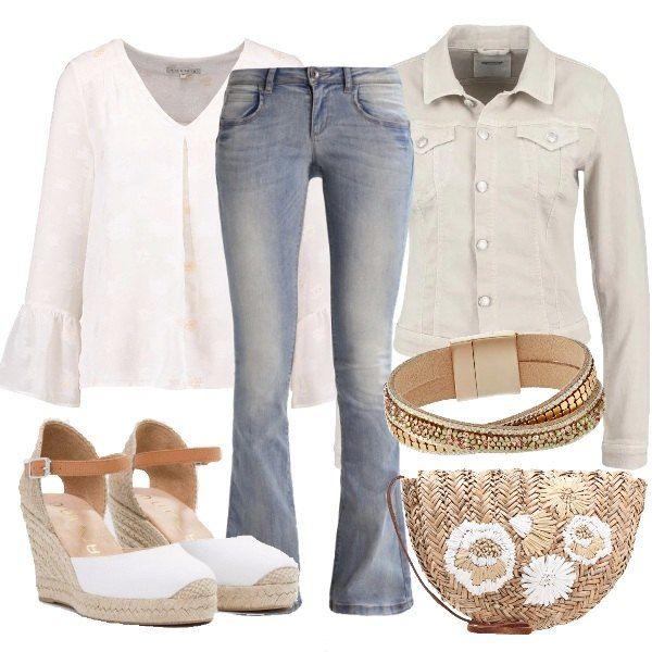 Un outfit sui toni neutrali ispirato agli anni '70, con camicetta bianca con scollo a v profondo, abbinata a jeans a zampa e giacca corta in denim. Le zeppe hanno chiusura a fibbia e plateau anteriore e la tracolla ha fantasia floreale. Completa il look il bracciale in pelle.