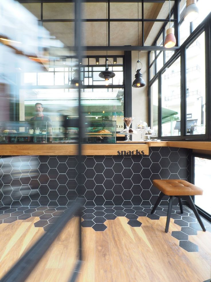 in diesem caf fliesen schwarz sechseck wrap aus dem zhler auf den boden wo sie - Kchen Mit Weien Schrnken Und Arbeitsplatten Aus Granit