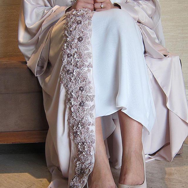بنات، آخر قطعه من هالعباي .. لطلبات العيد اتواصلوا معانا على الواتساب او الدايركت .. • Ladies, we only have 1 piece left of this abaya! For Eid orders, please contact us on whatsapp or direct! • #PearlsinLace