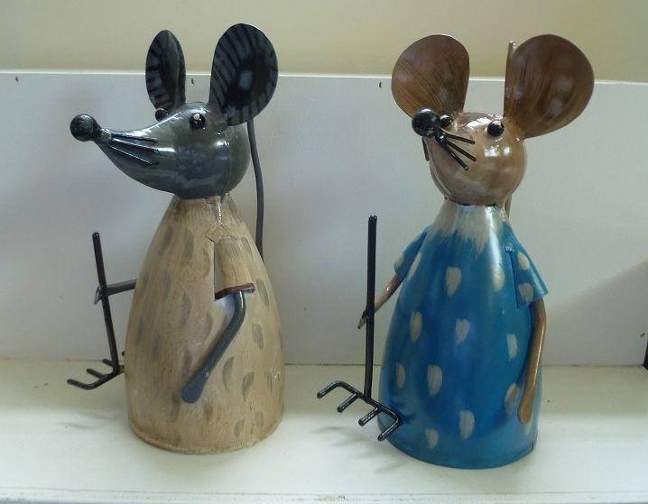 Twee bij elkaar behorende metalen dierenbeeldjes in de vorm van een stel muizen.Het is een leuke verschijning in de vensterbank of buiten in de tuin.