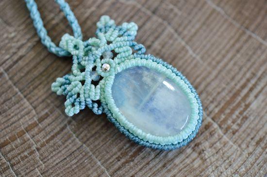 レインボームーンストーンマクラメペンダントd- 旅する天然石とマクラメアクセサリーのお店 Macrame Jewelry MANO