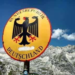 Serious stuff, die hoogste berg van Duitsland. Vanuit het dal torent ie met zijn steile rotswanden overal bovenuit. Ik geloof dat ik 'm nu van alle kanten heb mogen bewonderen, dagenlang ligt meneer de Zugspitze parmantig ergens aan mijn zijde. Toch hoef ik niet naar de top, dat laat ik liever aan die honderden anderen … … Lees verder →