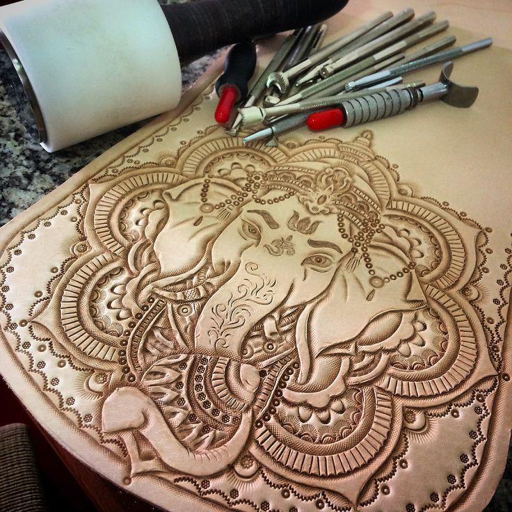 #leathercarving #handmade #leathercraft @tipoeubolsas