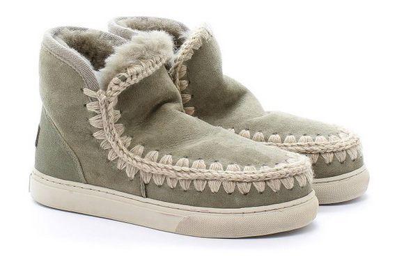 Il marchio londinese di culto Mou produce calzature originali realizzate a mano in fibre naturali di qualità eccellente. Calde, resistenti e straordinariamente morbide, le scarpe Mou sono amate per...