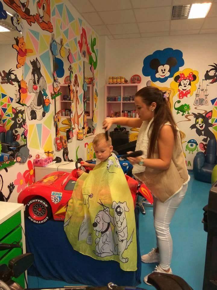 Zatiaľ čo malý šoféruje. naša super kaderníčka už je v akcií s nožničkami v ruke. ;) #kadernictvo #detskekadernictvo #detskekadernictvotrnava #trnava #arkadiatrnava #bratislava #littleboy #haircut #hairstyle #hairdresser