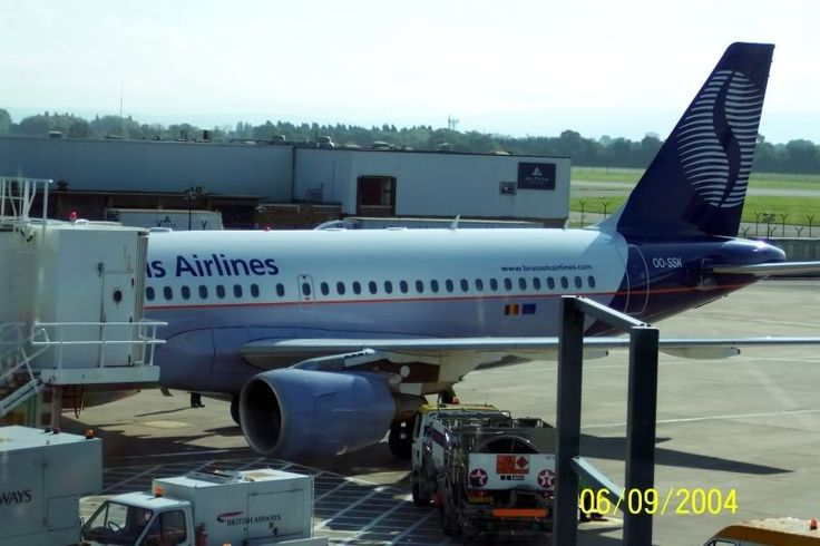 A319 Oo-SSK of SN Brussels Airlines is prepared for a flight to Brussels, Manchester 2004.