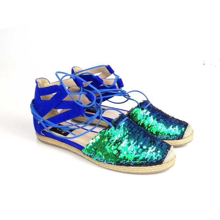 Sandalele de dama Mineli Esmeralda sunt confecționate din piele întoarsă camoscio și paiete cameleon cu două fețe care își schimbă culoarea prin perierea pe lateral. Marimea 37 este echilvalentul la 37,5, marimea 38 este echivalentul la 38,5, marimea 39 este…