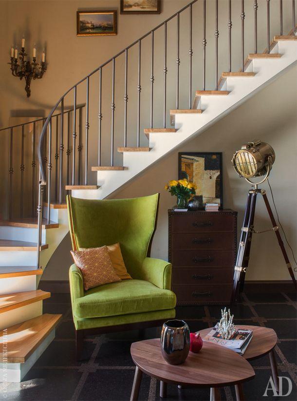 Уголок под лестницей в зоне гостиной. Кресло, Selva. Столики из IKEA. Торшер<br />  и бра, Eichholtz. Французская картина начала ХХ века куплена в Москве в салоне Deco Gravure.