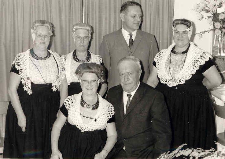 Leintje Schreienberg met haar man en zwager en schoonzussen.