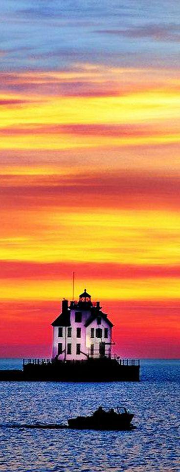 Lake Erie and the Lorain Lighthouse, Lorain, Ohio, USA