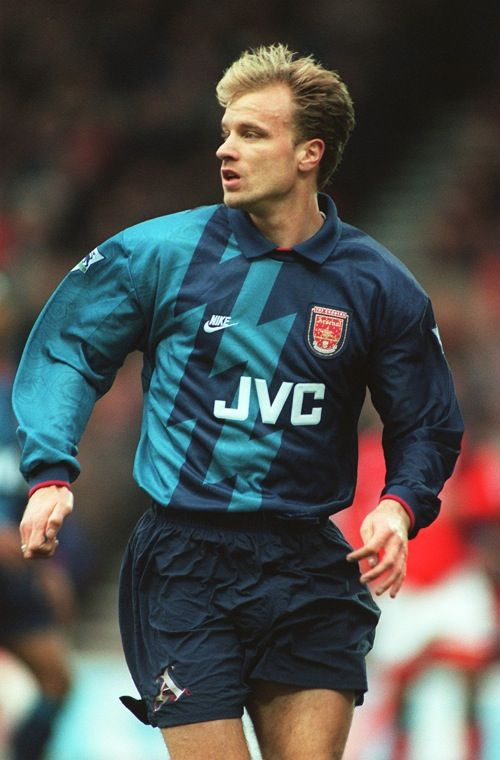 Dennis Bergkamp - Arsenal. es un ex futbolista neerlandés. Es considerado uno de los más grandes futbolistas de su país, siendo el segundo goleador de la Selección de fútbol de los Países Bajos, con 37 goles. Anotó goles tanto en las competiciones nacionales como en las europeas.