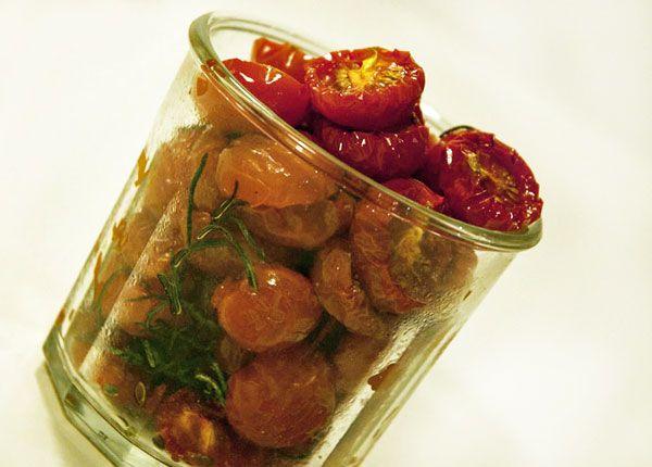 Langtidsbagte tomater med rosmarin, salt og olivenolie. De lækre ovntørrede tomater er nemme at lave selv og de smager fantastisk - se opskrift her