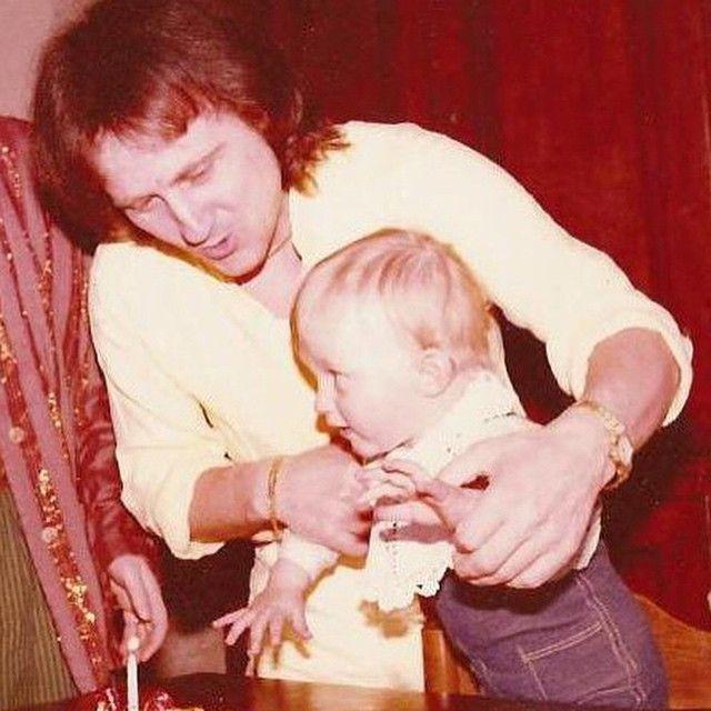 #FrancescoFacchinetti Francesco Facchinetti: Sono le 21 e 10 e siamo in onda papà. Ti volevo scrivere questo messaggio per dirti grazie. So benissimo che se sono seduto su questa sedia è grazie e te e non ho paura di ammetterlo. Come al solito ti sei dimostrato, ancor prima di essere un grande artista, un grande padre. Ti voglio bene papo, tuo figlio. E adesso tutti su Rai 2. W IL #TEAMFACH! #tvoi