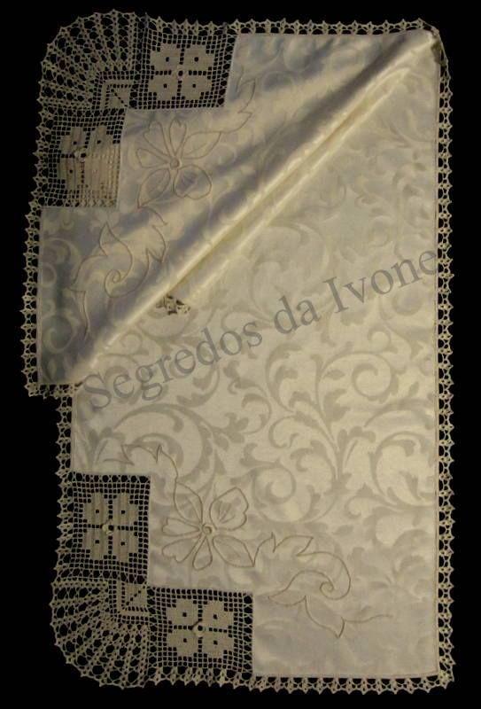 CM53 - Confecção  de caminho de mesa em tecido adamascado, com bordado e crochet