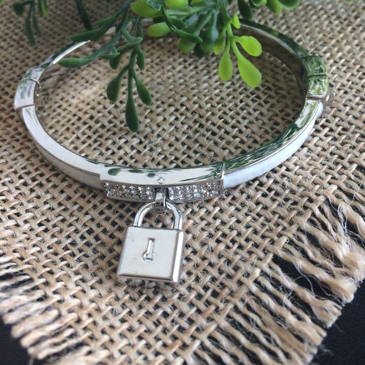 witte armband met strass - 4leafs4joy - lovely - ovaal - 6,8 cm breed - 5,5 cm bij het smalle stuk - zilverkleurig sierslotje - zijkant is zilverkleurig