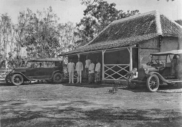 Auto's voor de woning van het onderdistrictshoofd, vermoedelijk bij Grissee. 1924