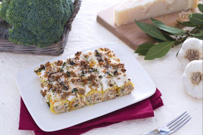 I cannelloni con crema di broccoletti alla ricotta e ragù speziato di maiale sono un primo piatto gustoso e aromatico, perfetto per la domenica.