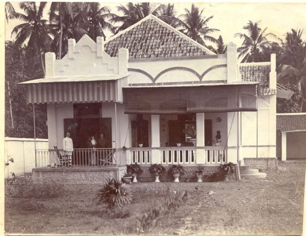 "first house of Ies and Lien Cassuto in Indonesia, Pekalongan, on the isle of Java, in the middle part situated at rhe Java sea. The first months, more then 10, they lived in a hotel, then moved in this house (""op Bermi""), but they moved to another house in December 1916, ""because at Bermi they often stole"", as Lien wrote in the baby book dedicated to first born baby Max."
