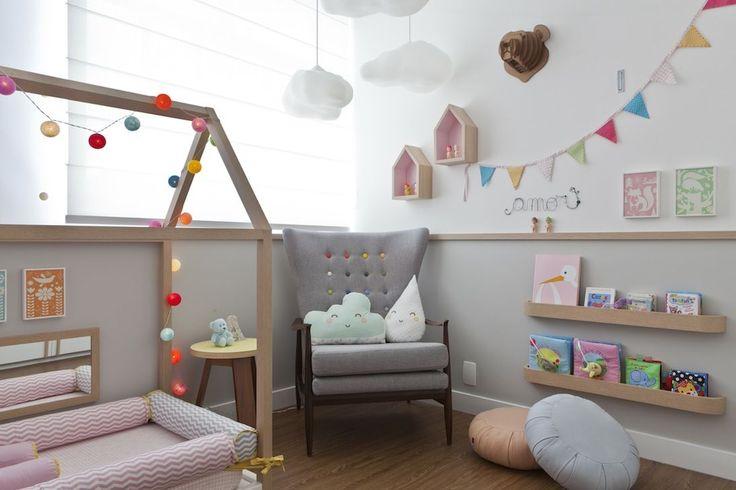 Uma armação em formato de casinha sobre um colchão no piso. A cama de ALICE virou a atração de seu quarto montessoriano, assinado por CRIS PASSOS.