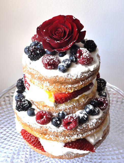 Happy b-day, Mom!       Bolo de frutos vermelhos e maracujá / Vanilla sponge filled with passion fruit and redfruits   Creme de maracujá / ...