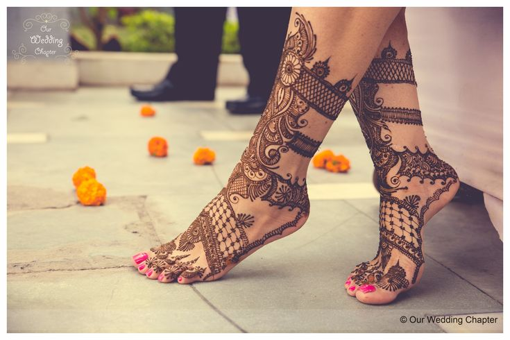 Intricate mehendi work for the feet, patterned with swirls and floral designs | Tasteful Crowne Plaza Wedding in Delhi | Weddingz.in | India's Largest Wedding Company | Mehendi designs, ideas and inspiration
