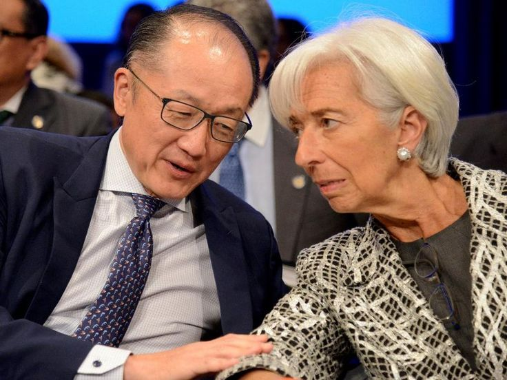 World Bank Group President Jim Yong Kim (L) confers with IMF Managing Director Christine Lagarde prior to the start of the Development Committee Plenary, as part of the IMF and World Bank's 2017 Annual Spring Meetings, in Washington, U.S., April 22, 2017. REUTERs