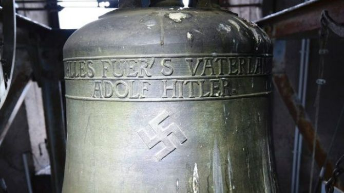 """Podczas gdy cały świat oburza się z powodu polskiego Marszu Niepodległości, nazywając go faszystowskim i niebezpiecznym, w wieży niewielkiego, ponad tysiącletniego kościoła pw. św. Jakuba w Herxheim am Berg znajduje się dzwon ze swastyką i napisem """"Wszystko dla Ojczyzny - Adolf Hitler"""". Ten jawny znak faszyzmu nie wywołuje jednak takich emocji, jak świętowanie niepodległości w Polsce."""