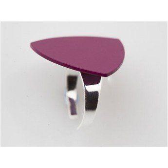 Anillo rosa perfecto para llevarlo en el día a día http://www.tutunca.es/anillo-triangulo-rosa-demiim-clara-ajustable