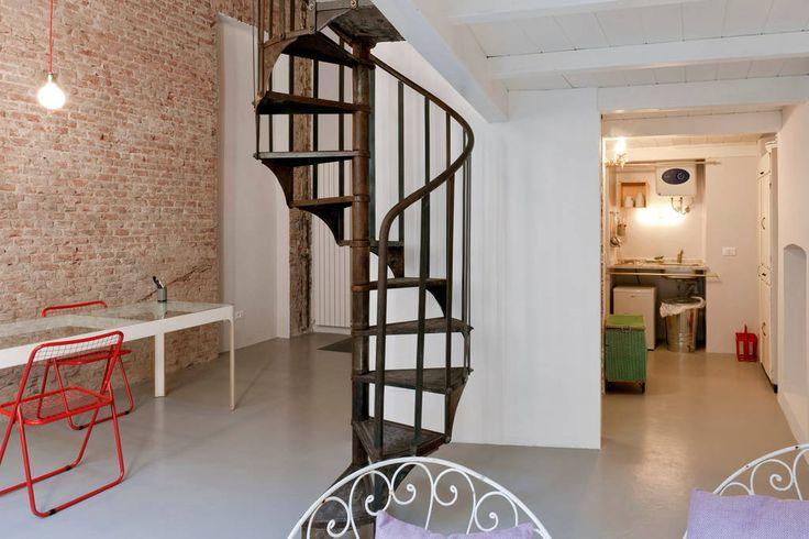 Scala antica in ferro per accedere al piano superiore