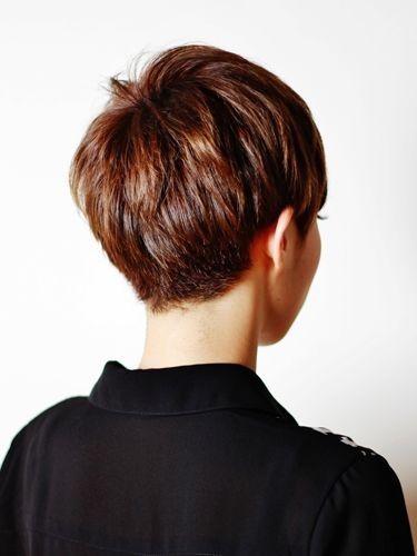 Rückseitige Ansicht eines Pixie-Haarschnitts – Di…