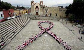 Oaxaqueñas forman un moño rosa para hacer conciencia sobre el cáncer de mama