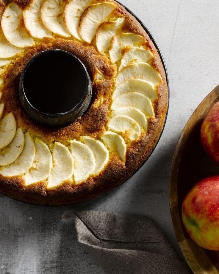 Appels en calvados zijn een perfecte combinatie en komen heerlijk tot hun recht in deze 'volwassen' cake. Een echt verwen-dessertje!