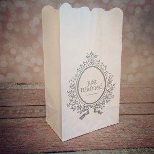 """""""Just married"""" candlebags (6 stuks) voor het sfeervol verlichten van een oprijlaan, gangpad of grasveld. Deze candle bags zijn te koop via onze webshop http://www.instyledecoraties.nl/bruiloft/justmarried-decoraties.html"""