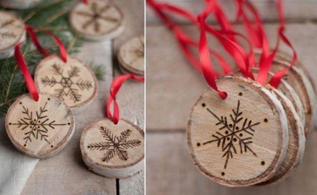 Schneesterne und Schneeflocken-schönen Christbaumschmuck basteln-Holzscheiben mit roten Schleifen