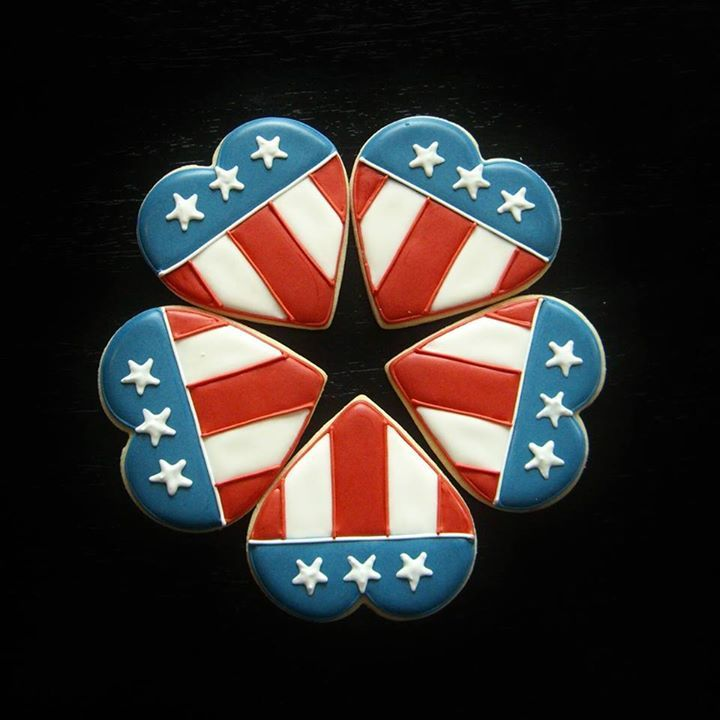 U.S. Flag decorated hearts patriotic sugar cookies for Memorial Day / Flag Day, and Fourth of July.  Galletas decoradas.
