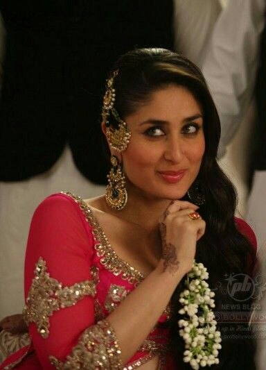 She looks pretty, cute and sexy at the same time in one picture. How is this possible. Kareena Kapoor Khan you are my favorite actress.