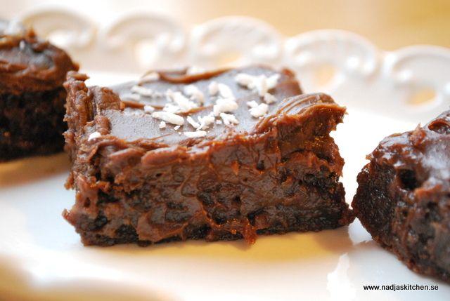 Idag är det Chokladens dag och med dessa goda brownies hyllar du Chokladen till skyarna, för jag säger bara OMG vad gott det är. Godast är de lite kalla för då blir de lite mjuksega. Men jag varnar er, det...