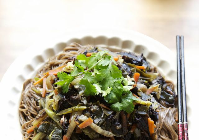 Buckwheat/soba noodles with flat mushrooms and seaweed