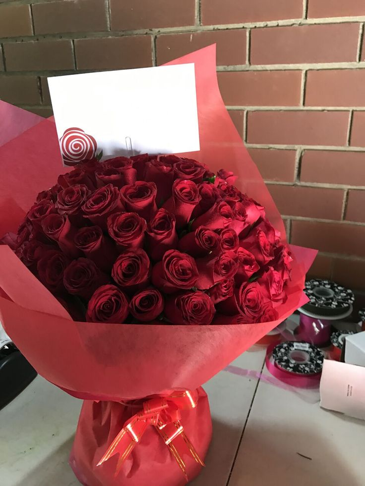 Send Christmas flower arrangements online for your home or Order a Christmas flower delivery to loved ones. Make your christmas more special ordering or sending christmas flowers online in Melbourne. #sendchristmasflowers #orderchristmasflowers