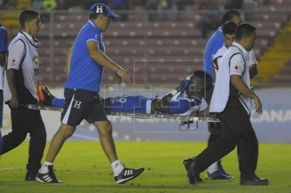 1-1. Honduras roza su cuarto título de Uncaf tras empate con Costa Rica. El jugador Rubilio Castillo (c) es atendido luego de recibir una falta ante Costa Rica hoy, viernes 20 de enero de 2017, en un encuentro de la cuarta jornada de la Copa Centroamérica que se realiza en Ciudad de Panamá (Panamá). EFE