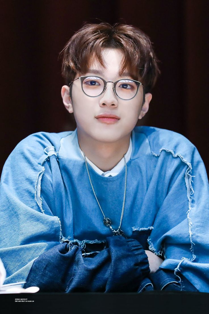 Guan lin with glasses.. god bless u :')